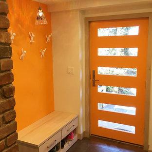 Idee per un ingresso con anticamera contemporaneo di medie dimensioni con una porta singola, una porta arancione, pareti arancioni e pavimento marrone