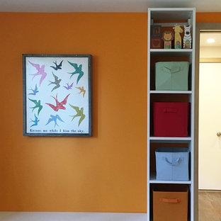 Ispirazione per un ingresso con anticamera contemporaneo di medie dimensioni con pareti arancioni, una porta singola e una porta arancione