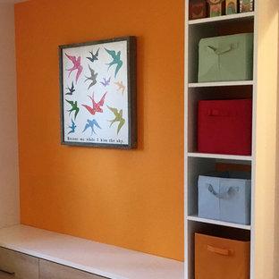 Неиссякаемый источник вдохновения для домашнего уюта: тамбур среднего размера в современном стиле с оранжевыми стенами, одностворчатой входной дверью, светлым паркетным полом и бежевым полом