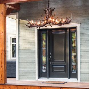 Mittelgroße Rustikale Haustür mit grauer Wandfarbe, Einzeltür und schwarzer Tür in Montreal