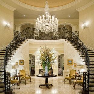 Inspiration för mycket stora klassiska foajéer, med beige väggar och marmorgolv
