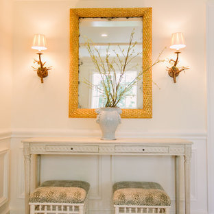 Inspiration för en mellanstor vintage foajé, med vita väggar och mellanmörkt trägolv