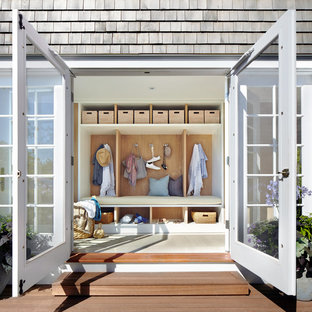 Exempel på ett mellanstort maritimt kapprum, med vita väggar, en dubbeldörr, en vit dörr och klinkergolv i keramik