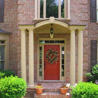 Imagen de puerta principal tradicional, de tamaño medio, con puerta simple y puerta roja