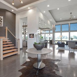 Großer Moderner Eingang mit Foyer, weißer Wandfarbe, Betonboden, grauem Boden, eingelassener Decke und Tapetenwänden in Portland