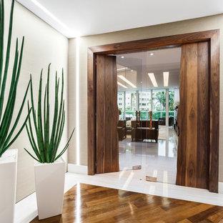 Новые идеи обустройства дома: большая прихожая в современном стиле с белыми стенами и полом из линолеума