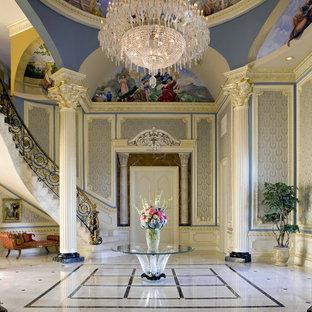 На фото: огромное фойе в классическом стиле с синими стенами и мраморным полом с