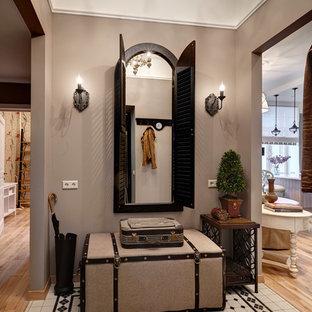 Стильный дизайн: маленький вестибюль в классическом стиле с бежевыми стенами - последний тренд