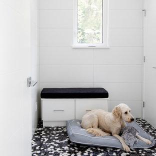 Inspiration för ett mellanstort funkis kapprum, med vita väggar, ljust trägolv, en enkeldörr, en vit dörr och svart golv