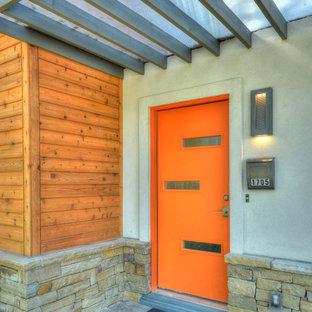 Inredning av en modern mellanstor ingång och ytterdörr, med en enkeldörr och en orange dörr