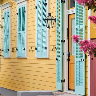 Ispirazione per un ingresso o corridoio design con una porta singola e una porta gialla