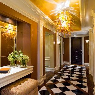 シカゴのトラディショナルスタイルのおしゃれな玄関 (茶色い壁) の写真