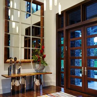 Idéer för en stor modern ingång och ytterdörr, med vita väggar, mörkt trägolv, en dubbeldörr, mörk trädörr och brunt golv