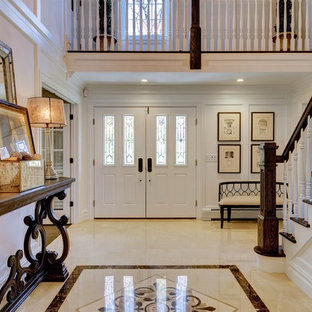 Großer Klassischer Eingang mit weißer Wandfarbe, Keramikboden, Doppeltür und weißer Tür in New York