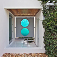 Tropical Entry by Pro Gardens and Friends Landscaping Inc.