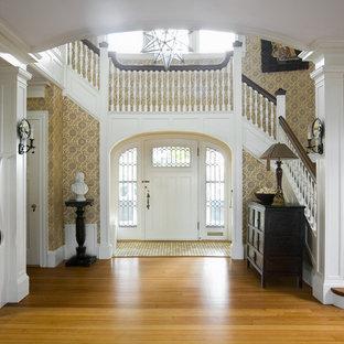 Inspiration för stora maritima foajéer, med beige väggar, mellanmörkt trägolv, en enkeldörr och en vit dörr