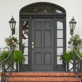 リトルロックの片開きドアトラディショナルスタイルのおしゃれな玄関ドア (黒いドア) の写真