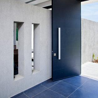 Idéer för en modern ingång och ytterdörr, med en svart dörr och blått golv