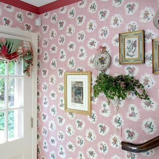 Réalisation d'une petit porte d'entrée tradition avec un mur rose, une porte simple, une porte blanche, un sol en carrelage de porcelaine et un sol beige.