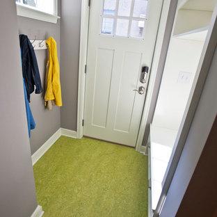 ミネアポリスのエクレクティックスタイルのおしゃれな玄関 (青い壁、リノリウムの床、緑の床) の写真
