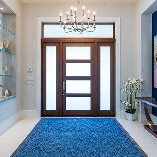 Idee per un grande ingresso design con pareti grigie, pavimento in gres porcellanato, una porta singola, una porta in vetro e pavimento bianco