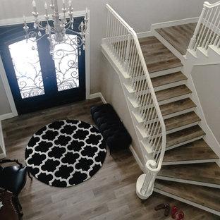 На фото: большая узкая прихожая в классическом стиле с серыми стенами, полом из винила, двустворчатой входной дверью, черной входной дверью и коричневым полом с