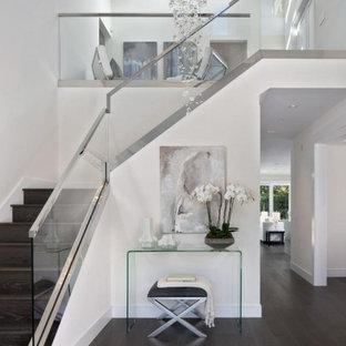 Ispirazione per un grande ingresso country con pareti bianche, parquet scuro, una porta a due ante, una porta nera, pavimento marrone e soffitto a volta