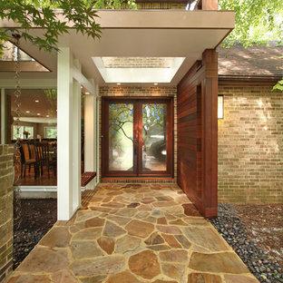 Réalisation d'une porte d'entrée design avec une porte double et une porte en verre.
