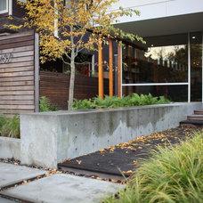 Modern Entry by wittman estes architecture + landscape