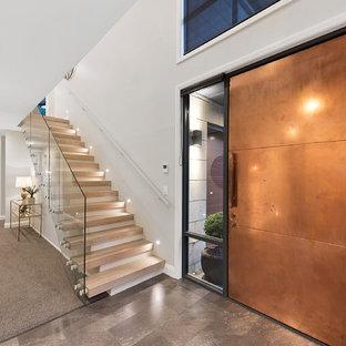 Inspiration pour une grand porte d'entrée minimaliste avec un mur gris, sol en stratifié, une porte simple, une porte métallisée et un sol marron.