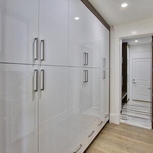 На фото: огромный тамбур в стиле модернизм с белыми стенами, мраморным полом, одностворчатой входной дверью и входной дверью из дерева среднего тона