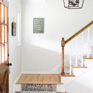Idee per una porta d'ingresso shabby-chic style di medie dimensioni con una porta singola, una porta in legno scuro, pavimento beige, pareti grigie e parquet chiaro