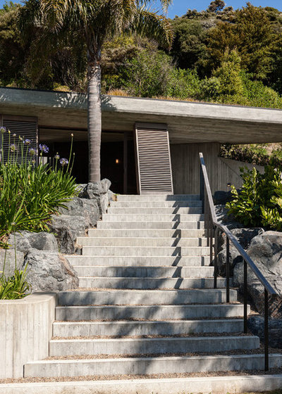 Contemporary Entry by Studio Pacific Architecture