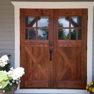Große Country Haustür mit bunten Wänden, Doppeltür und hellbrauner Holztür in Sonstige