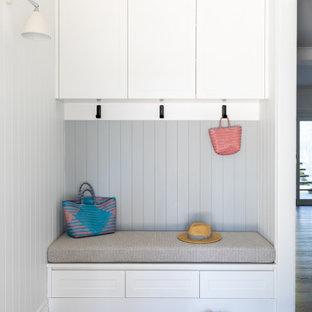 Mittelgroße Moderne Haustür mit weißer Wandfarbe, dunklem Holzboden, Einzeltür, weißer Tür, braunem Boden und Holzdielenwänden in Brisbane