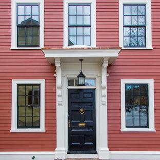 Стильный дизайн: прихожая среднего размера в классическом стиле с одностворчатой входной дверью, черной входной дверью и красными стенами - последний тренд