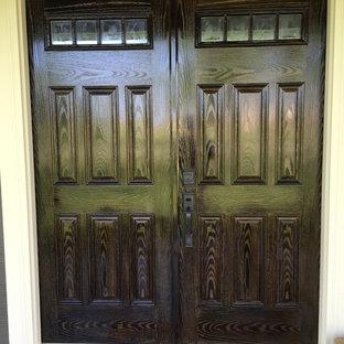 Idée de décoration pour une porte d'entrée tradition de taille moyenne avec une porte double et une porte en bois foncé.