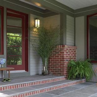 Свежая идея для дизайна: входная дверь среднего размера в классическом стиле с одностворчатой входной дверью, красной входной дверью, серыми стенами, полом из керамической плитки и серым полом - отличное фото интерьера