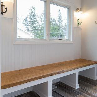 Imagen de vestíbulo posterior costero, de tamaño medio, con paredes blancas, suelo de baldosas de porcelana, puerta simple y puerta blanca