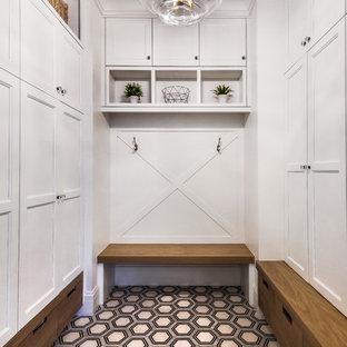 Immagine di un ingresso con anticamera chic con pareti bianche e pavimento multicolore