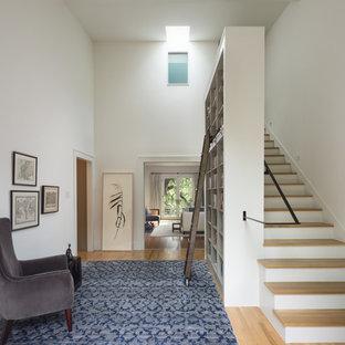 Idéer för att renovera en funkis foajé, med vita väggar och mellanmörkt trägolv