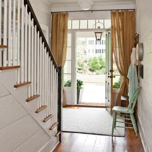 Modelo de hall de estilo de casa de campo con paredes blancas