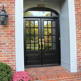 Exempel på en klassisk ingång och ytterdörr, med en dubbeldörr