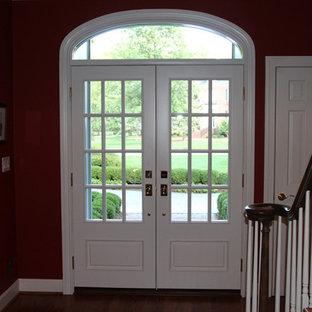 На фото: входные двери в классическом стиле с фиолетовыми стенами, двустворчатой входной дверью и белой входной дверью