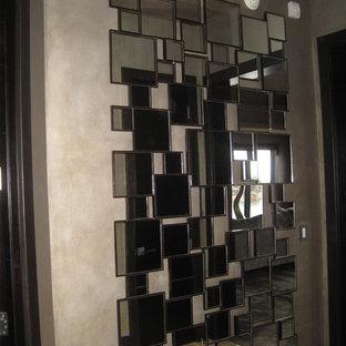 マイアミの広い両開きドアコンテンポラリースタイルのおしゃれな玄関ロビー (メタリックの壁、磁器タイルの床、金属製ドア) の写真