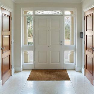 Idéer för mellanstora vintage ingångspartier, med beige väggar, klinkergolv i keramik, en enkeldörr, en vit dörr och beiget golv
