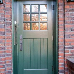 Ispirazione per un ingresso classico con una porta singola e una porta verde
