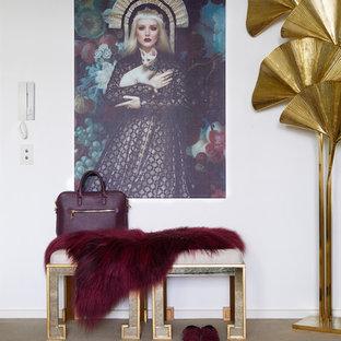 メルボルンの中くらいの片開きドアエクレクティックスタイルのおしゃれな玄関ロビー (白い壁、カーペット敷き、黒いドア、茶色い床) の写真