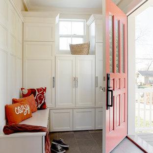 Inspiration för ett litet vintage kapprum, med vita väggar, klinkergolv i keramik och en enkeldörr