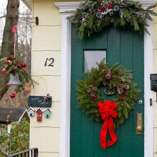 Inredning av en klassisk ingång och ytterdörr, med en enkeldörr och en grön dörr